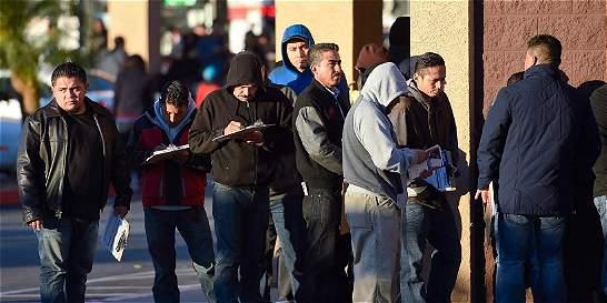 Inmigrantes ilegales hacen fila para pase de conducir en California