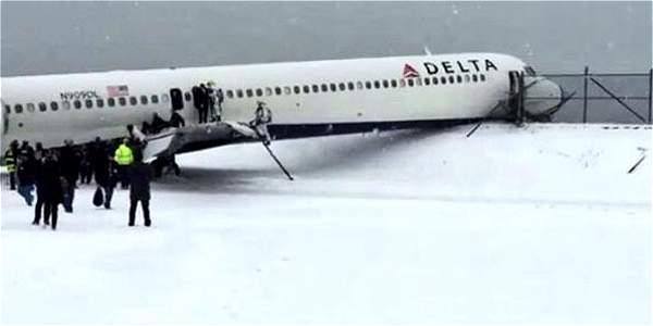 Avión de pasajeros que se salió de una pista cubierta de hielo en el aeropuerto 'La Guardia' de Nueva York.