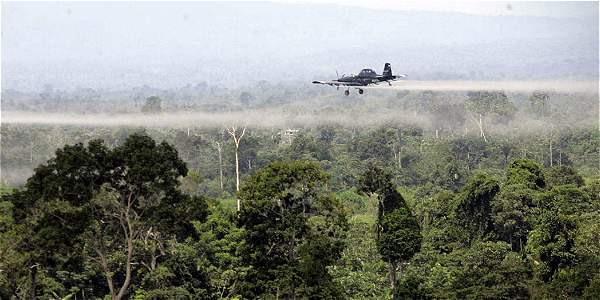 Foto de Archivo de fumigación aerea sobre narcocultivos en el sur de Colombia.