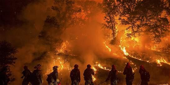 Fuertes incendios ponen a California en estado de emergencia