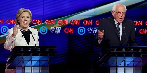 Hillary Clinton y Bernie Sanders durante el debate previo a las elecciones primarias de Nueva York.