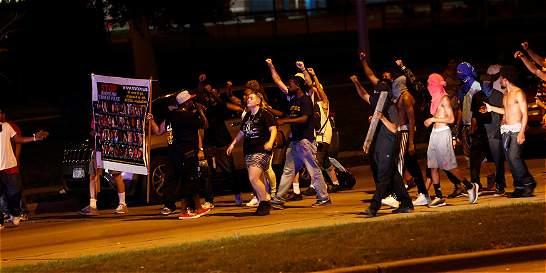 Decretan toque de queda en Milwaukee por choques