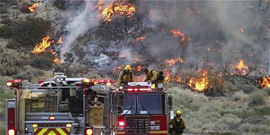 Más de 1.500 bomberos luchan contra tornados de fuego en California