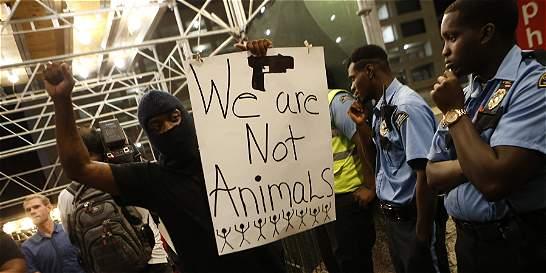 Tercera noche de manifestaciones en Charlotte pese a toque de queda