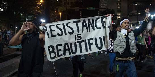 Manifestantes desafían toque de queda en Charlotte