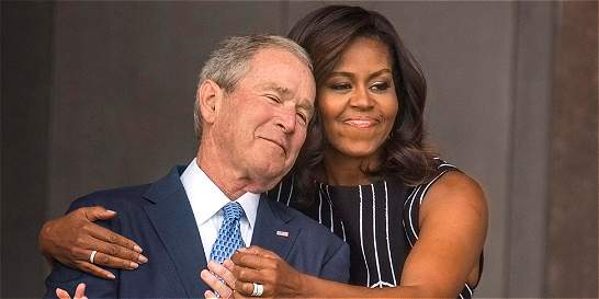 La foto del abrazo de Michelle Obama a George Bush