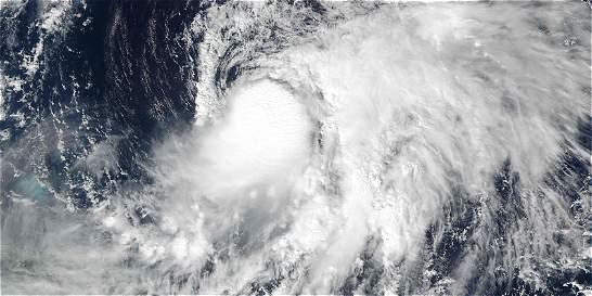 Tormenta Nicole recobra fuerza y puede convertirse en huracán de nuevo
