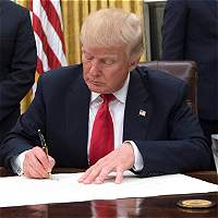 Donald Trump firma decreto contra el sistema de salud Obamacare