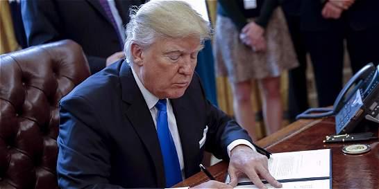 Con el peso de su bolígrafo, Trump sigue destruyendo legado de Obama
