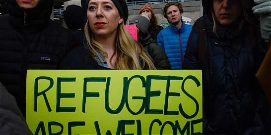 En aeropuertos de EE. UU. protestan contra veto de Trump a inmigrantes