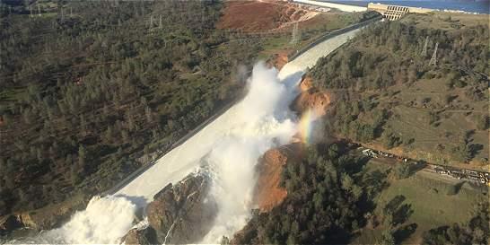 Ordenan evacuación en región de California por daños en una represa