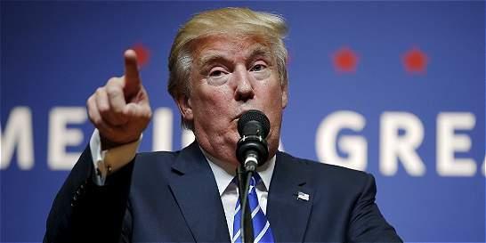 Trump arremete contra la prensa en un tenso encuentro con periodistas