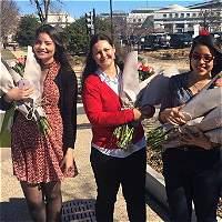 Con flores a congresistas, Colombia celebra Día de la Mujer en EE. UU.