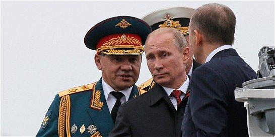 Putin preside desfile militar en Crimea mientras siguen tiroteos