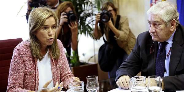 La ministra de Sanidad de España, Ana Mato (izq.), cuestionada por la crisis sanitaria desatada. La acompaña el director de atención primaria de la Comunidad de Madrid, Antonio Alemany.