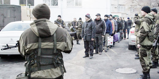 Estrechan bloqueo a Crimea; Ucrania suspendió el servicio de trenes