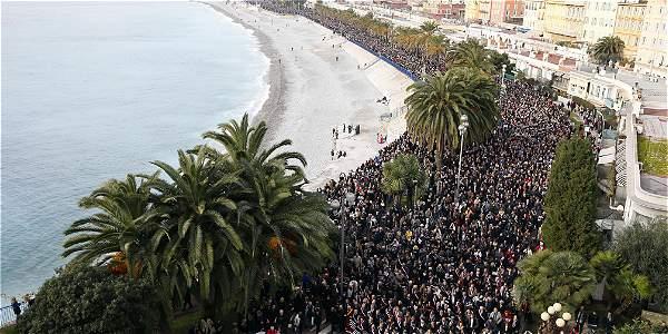 Concentración de miles de personas en Niza recuerdan a las víctimas de las matanzas en París.