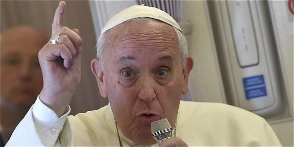 El papa Francisco se dirige a los periodistas que comparten su vuelo desde Manila a Roma.