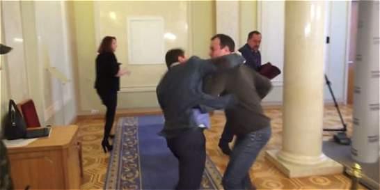 En video: a golpes terminan dos diputados en Ucrania