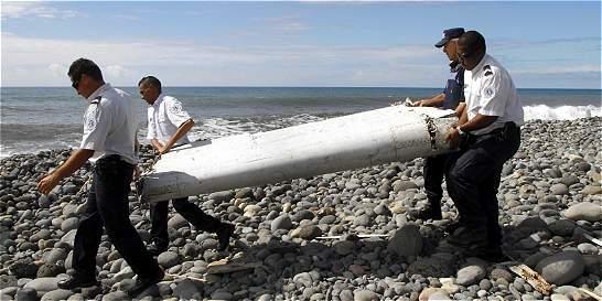 Llegan a Francia restos que resolverían misterio de avión desaparecido