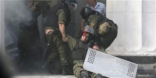 90 heridos y un muerto en Kiev tras adopción de reforma constitucional