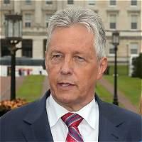 Jefe de gobierno norirlandés dimite por crisis sobre el IRA