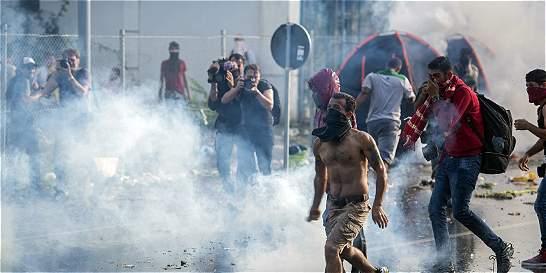 Hungría arroja gas lacrimógeno a inmigrantes que buscan nuevas vías