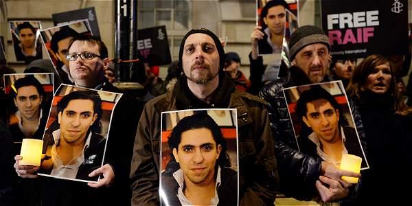 Foto tomada el 22 de enero de 2015 de varios activistas en una manifestación de Amnistía Internacional delante de la Embajada de Arabia Saudí en Londres contra el azotamiento a Raif Badawi.