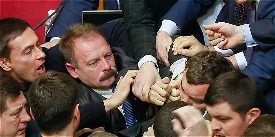 Diputados ucranianos se fueron a golpes en el Parlamento