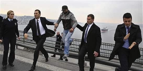 Presidente turco disuade a hombre de suicidarse