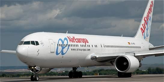 Un hombre intentó arrojarse de un avión abriendo una de las compuertas