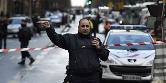Hombre abatido en comisaría de París había jurado lealtad al EI