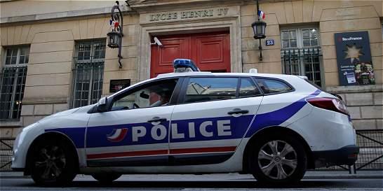 Siguen llamadas amenazantes a colegios de Francia y Reino Unido