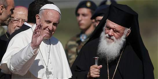 El papa llegó a Lesbos para una visita de solidaridad con migrantes