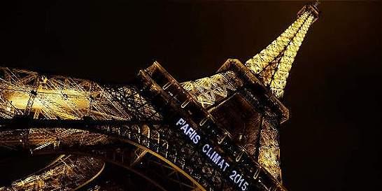 Torre Eiffel se iluminará con los colores de la bandera de EE. UU.