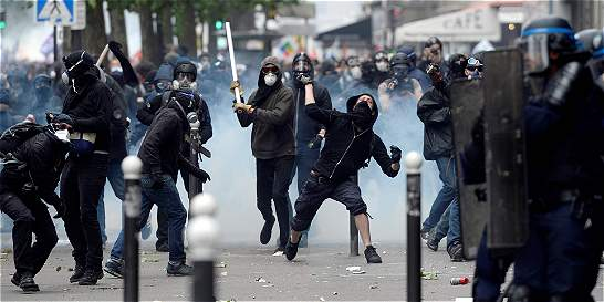 París vive horas de violencia por reforma laboral