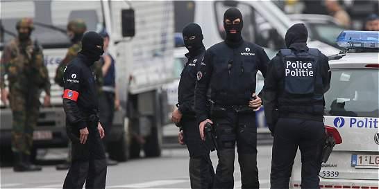 Hombre con cinturón explosivo falso causa alarma en Bruselas