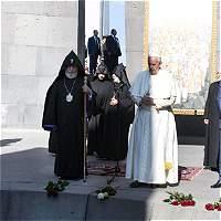 El papa Francisco reza ante el memorial del genocidio armenio