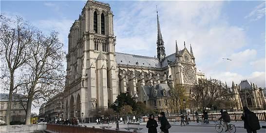 Dos capturados por carro con pipetas de gas cerca de catedral de París