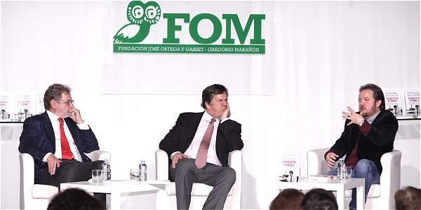 De izquierda a derecha: Juan Luis Cebrían, presidente del Grupo Prisa de España; el director del diario EL TIEMPO, Roberto Pombo, y Juan Esteban Constaín, historiador y novelista.