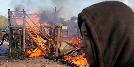 Comienza el desmantelamiento del campamento de inmigrantes de Calais
