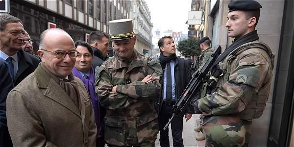 El ministro del Interior francés, Bernard Cazeneuve, habla con el personal militar, asegurandose que el mercado navideño en Estrausburgo esté seguro.