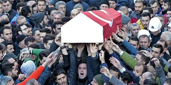 Turquía busca a hombre de Estado Islámico que atacó en bar de Estambul