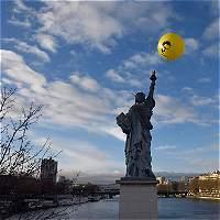 Con un globo gigante en París, piden que Obama indulte a Snowden