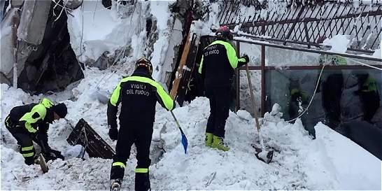 Localizan a 6 personas con vida dentro de hotel sepultado en Italia