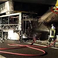Accidente de bus húngaro deja al menos 16 muertos en Italia