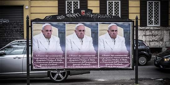 Aparecen carteles con ataques al papa en Roma