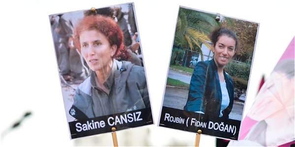 Una mujer lleva las imágenes de la cofundadora del Partido de los Trabajadores del Kurdistán (PKK) Sakine Cansiz y la activista kurda por los derechos humanos Fidan Dogan.