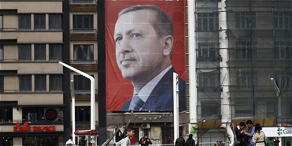 Una fotografía del presidente turco, Recep Tayyip Erdogan, preside la plaza Taksim en Estambul.