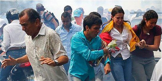 Con gases lacrimógenos impiden paso de María Corina Machado a Asamblea